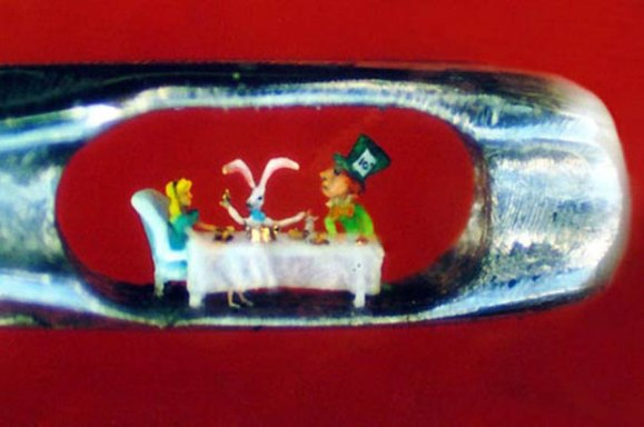 Willard-Wigan-tiny-sculpture-alice-in-wonderland